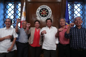 President Rodrigo R. Duterte and members of the National Democratic Front (NDF) Peace Panel do the fist gesture at the President's Hall in Malacañan Palace on August 15. (MNS photo)