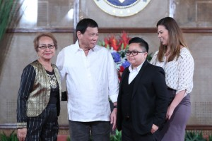 President Rodrigo Duterte poses for a photo with National Youth Commission Chairperson Cariza Yamson Seguera and Film Development Council Chairperson Mary Liza Diño after the oath-taking ceremony at the Rizal Hall in Malacañan Palace on August 15.(MNS photo)