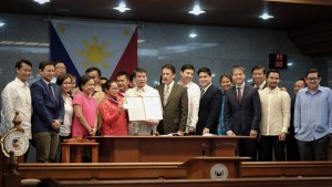"""Senate President Aquilino 'Koko"""" Pimentel presents a resolution a resolution congratulating and commending olympic weightlifter Hidilyn Diaz for her invaluable contribution to Philippine sports winning a historic silver medal for the Philippines in the Summer Olympic Games held in Rio De Janeiro, Brazil last August 8, 2016 and becoming the first filipina to win an olympic medal.(MNS photo)"""