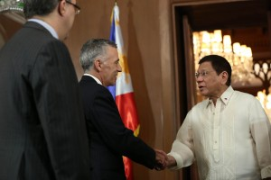 President Rodrigo R. Duterte welcomes United States of America Ambassador Philip Goldberg and Mr. Matthew Cenzer, deputy political counselor at the Music Room in Malacañan Palace on July 19.(MNS photo)