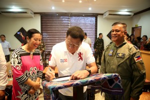 President Rodrigo R. Duterte signs on the guestbook after arriving at the Edwin Andrews Airbase on July 21. He is welcomed by Zamboanga City Mayor Maria Isabelle Climaco Salazar and Brigadier General Domingo B. Palisoc, commander of the third Air Division of the Philippine Air Force. (MNS photo)