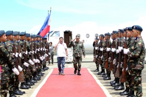 President Rodrigo R. Duterte is welcomed by Western Mindanao Command chief Lieutenant General Mayoralgo dela Cruz during his arrival at Edwin Andrews Airbase in Zamboanga City on July 21. (MNS photo)