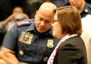 "Senator Leila de Lima welcomes Philippine National Police (PNP) Chief Ronald ""Bato"" de la Rosa before the start of the Senate hearing on the extrajudicial killings.(MNS photo)"