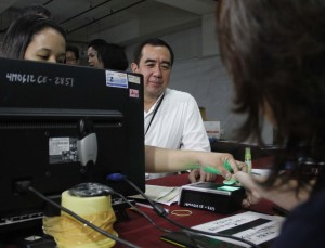 Commission on Elections (Comelec) Chairman Andres Bautista personally observes the biometric registration of voters for the forthcoming Barangay and Sangguniang Kabataan elections at the Lucky China Mall in Binondo, Manila on Friday (July 22, 2016). (MNS photo)