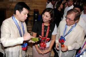 """Philippine Franchise Association (PFA) president Dr. Alan Escalona (left) introduces the products of fruit magic pressed fruit and vegetable juices to Vice President Maria Leonor """"Leni"""" Robredo during the opening of Franchise Asia Philippines 2016 International Expo on Friday (July 22, 2016)at the SMX Convention Center in Pasay City, as PFA chairman emeritus Samie Lim (right) looks on. The expo, which runs from Friday until Sunday, is the biggest, grandest and most anticipated franchising event in Asia this year.(MNS photo)"""