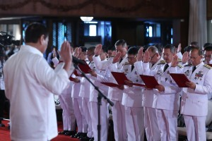 President Rodrigo Duterte administers the oath of office of newly-promoted generals and flag officers at the Rizal Hall in Malacañan on August 23. (MNS photo)