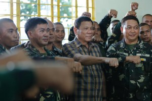 President Rodrigo Duterte, along with the 2nd Infantry Division army troopers, does the fist gesture at Camp Capinpin in Tanay, Rizal on August 24. (MNS photo)