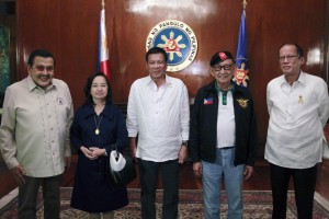 President Rodrigo R. Duterte (center) poses with former President and Manila Mayor Joseph E. Estrada (left), former President and Pampanga Representative Gloria Macapagal-Arroyo (2nd from left), former President and Special Envoy to China Fidel V. Ramos (2nd from right), and former President Benigno S. Aquino III (right), before the start of the National Security Council (NSC) meeting at the State Dining Room of the Malacañan Palace on July 27.(MNS photo)