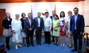 "COURTESY CALL: Senate President Aquilino ""Koko"" Pimentel III (6th from right), Senator Cynthia Villar (4th from right) and Senator Risa Hontiveros (3rd from right) pose for a souvenir photo with members of parliament of the European Parliamentary Forum (EFP) during a courtesy call at the Senate, Tuesday, August 23. Accompanied by representatives of the Philippine Legislators' Committee on Population and Development Foundation, Inc., (PLCPD) in the Senate, the delegation is in Manila on a study tour. (MNS photo)"