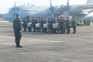 Members of the Armed Forces of the Philippines carry the remains of the 15 soldiers at the Edwin Andrews Air Base in Zamboanga, Tuesday. The soldiers were killed in a clash with the Abu Sayyaf Group in Sulu. (MNS photo)