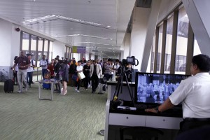 A Department of Health (DOH) quarantine officer (right) at the Ninoy Aquino International Airport (NAIA) Terminal I in Pasay City monitors arriving passengers on a thermal scanner on Monday (Aug. 29, 2016) as part of the monitoring of travelers who are symptomatic or indicating signs of Zika virus infection.(MNS photo)