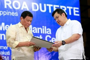 President Rodrigo Roa Duterte leads the unveiling of the marker of the Metro Manila Crisis Monitoring and Management Center (MMCMMC) of the Metro Manila Development Authority (MMDA) during its inauguration at the MMDA Metrobase in Makati City on April 4, 2017. (MNS photo)